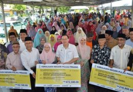 The Penang State Government gave an additional RM17.5 million to Islamic education institutions in the state. The event was held in Permatang Pauh and present at the handover of the funds were Nurul Izzah, Wan Azizah and Mat Sabu.